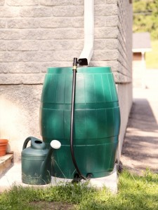 Rainbarrel with drainpipe angled to barrel